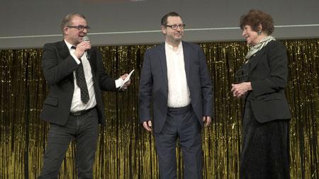 Christel Hammer for overrakt en Æres Robert af Regner Grasten og Lars von Trier. Foto: Rolf Konow
